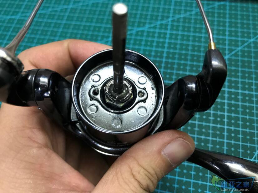 这颗带轴承螺母,钓友没有工具拆了好多次导致变形