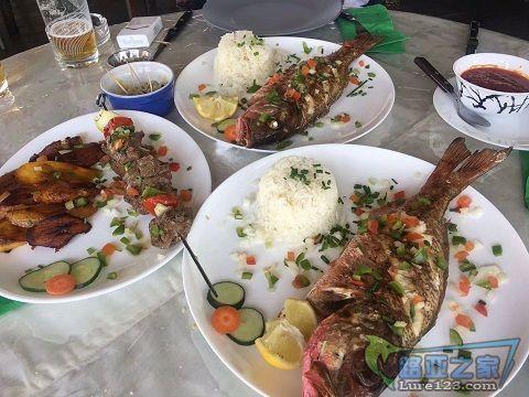 陪客户钓鱼中午累了,到海岛上的法餐厅吃顿饭,妈卖批的一条鱼要100多。